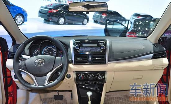 内饰方面,新车在方向盘前面有了桶型仪表看上去顺眼了不少,高配车型的方向盘上集成了音响控制按键。从上海车展的低配车型来看,高配版还会有发动机一键点火系统。碍于车型定位所限,新威驰只配置了手动空调系统,风道的切换还保留着传统的拨杆式结构。为了保证轿厢宽度,后排作为的车门上都没有设计任何储物格,仅仅是在前排中央位置留有一个水杯架。
