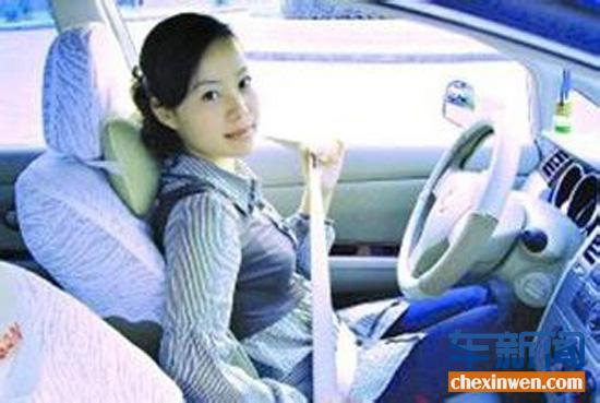 开车注意安全 系好汽车安全带很重要