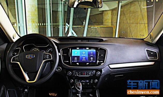 其内饰则延续了上一代吉利GX7的整体布局,只是在细节方面有所提升。三幅多功能方向盘、大尺寸液晶屏和分体式液晶仪表盘都显得质感十足。配置方面,新车搭载胎压监测、下坡辅助、车载导航、自动空调等配置。此外,新车前后排均设有USB接口,中控屏幕支持手机互联。